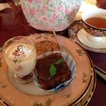 ローズタウンティーガーデン - クリスマスのデザートセット。千円。スコーンのプレゼントつきでした。