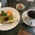 Gadenterasufurorisu - オリジナルブレンドコーヒーとセットにはシフォンケーキとフルーツが付きます
