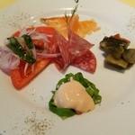 33596059 - 前菜 フレッシュトマト・スモークサーモン・茄子のカポナータ・海老のオーロラソース・サラミ