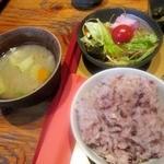 火間土 - 雑穀米とサラダ お味噌汁はお代わりOK!
