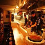 炎丸酒場 - お一人のサク飲みのお客様も多いカウンター席。入口すぐの大鍋で名物のもつ煮を炊き続けています。目の前鉄板で料理があがっていくのも見るも楽しいlive感。