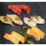 33597894 - 一皿目のにぎり(写真は二人分)・・赤身・ヒラス・鯛・海老の押し寿司。