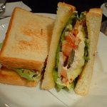 3360785 - ローストチキンとフレッシュな野菜のクラブサンドイッチ