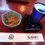 33600444 - 揚げ蕎麦のお通しと日本酒。モッキリが並々で嬉しい!!!
