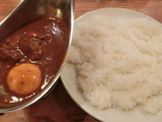 DS100%カレー - (再訪 2014.12.) 牛すじカレー(大盛)950円+半熟ゆでタマゴ 70円。