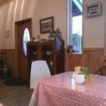 グッドウッドカフェ - 入り口横の食器棚に色々なカップ&ソーサー、選ぶことも可能