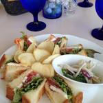 グラン カフェ - 生ハムだったかサーモンだったかと、クリームチーズを、デニッシュパンで挟んだサンドウィッチ。
