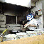 華隆餐館 - 刀削麺作成、風景