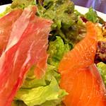 Kagurazaka Italian - 週末ランチ(1,450円:税込)のたっぷりサラダと前菜盛合せ、近影。