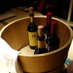 アスヘノトビラ - 飲み放題でワインが置いてくれているというサービス