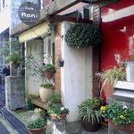 Cafe Rani - 住宅街に目立つまっ赤な扉。
