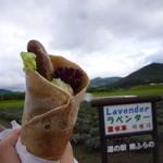 ベリーズ - 料理写真:富良野のラベンダー畑をバックに「えぞ鹿ソーセージそばっと (400円)」