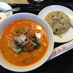 孔府家宴 - 担々麺セット820円。半炒飯付き。