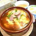 アイカフェ - この日のAランチは人気の名古屋風スパイシーあんのオムライスをグラタン皿で♪♪♪