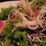 ビストロ シロ - 釜揚げしらす、わさび葉とミョウガのサラダ