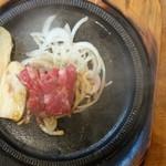 三田屋本店 - ステーキランチ、このお肉を広げて焼きます