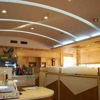 朝鮮飯店 - 昼は明るく、夜は落ち着いた雰囲気です。