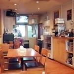 ロティボティ - 厨房を望む店内