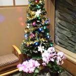 四季亭 - 門松の向こうにはクリスマスツリーがありました。