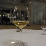 オトワ レストラン - 2014.12)次は白ワイン2杯、赤ワイン1杯と進みました