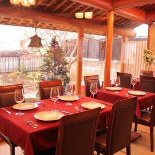 畳敷きの和風空間と日本庭園