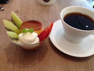 カフェ クロスポイント - プリンアラモードとセットのコーヒー(450円+200円)。