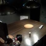 珠苑 - 奥の炭火テーブル、中央は八幡屋礒五郎の七味トウガラシ
