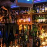 33665135 - カウンターバックはウイスキーやジンなどボトルがいっぱい。
