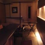 MEUBLE bar - バーカウンターと、奥には数人が寛げるテーブル席有り。