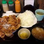 33679687 - 豚丼・松セット1280円(山盛りキャベツ・味噌汁・お新香つき)                       肉大盛300g肩ロース・バラ半々 ライス普通200g