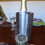 33679999 - 白のスパークリングワインをボトルで。