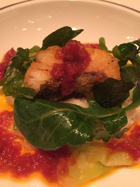 ザ・ロビー - 本日の魚のソテーはタイム風味トマトソースとバジルオイルと一緒に