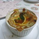 グリル佐久良 - オニオンスープ850円。汁よりもオニオンとパンの量が多い。