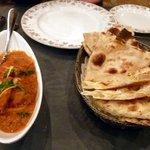 インド料理 ショナ・ルパ - チキンカレーとナン、ロティ