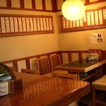 ダイヤ寿司 - 内観写真:一階席はカウンター6席とテーブル4人席と2人席