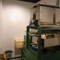 つぼや - 毎日この大型製麺機で製麺しています!
