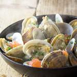 鮭殻荘 - 浅利とトマトの香草風味白ワイン蒸し