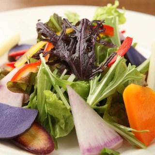 地元の有機野菜のサラダ
