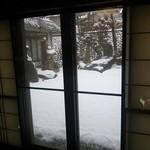 33722300 - 雪の庭園 破れた障子紙も小粋