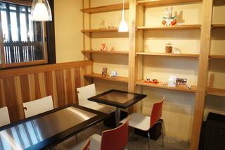 カフェ ビスキュイ - 私の座った席と仕切られて、二人掛け、四人掛け席が並んでいます