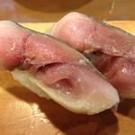 いなせ寿司 - 脂ののったおおぶりの〆鯖をいただく