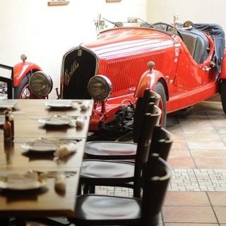 クラシックカーが展示してあるアンティーク調の店内