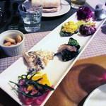 オステリア・ピノ・ジョーヴァネ - 前菜の盛り合わせ 6品  パパイヤとモルタデッラ  キノコとカニのマヨネーズ和え  ブロッコリーと白身のフリット  アスパラと卵のタルタル  カポナータ  白身のフリットと紫キャベツのマリネ