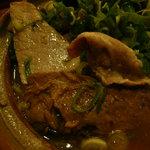 ラーメンまんさい - 三種類の肉。左上が赤身のチャーシュー、下にあるでっかいのがトロトロの軟骨チャーシュー、その上にある小さいのが薄切りのバラ肉。