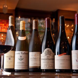 フランス産を中心に300種類以上のワインが揃う