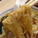 来集軒 - 平打ち中太麺のアップ