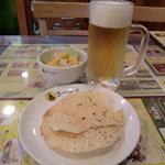インド・ネパール料理 Raja - 生ビールとパパドとサラダ