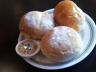 タカセ 巣鴨店 - ランチの食べ放題のパン。この日はバターロール、フランスパン、塩パン