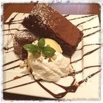 CHIEZO CAFE - お疲れさまです〜 仕事納め、なかなか帰れず無性に甘いものが食べたくなり… 12/23にOpenしたばかりのオシャレカフェ発見!  ガトーショコラセット@780 雰囲気ステキです✨ 癒されます♥️