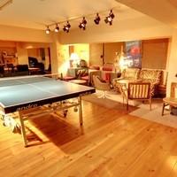 中目卓球ラウンジ - マンションのだだッ広い一室のド真ん中に卓球台。周りにはヴィンテージ家具が。卓球台を囲み、自宅のようなくつろげるお席がたくさんあります